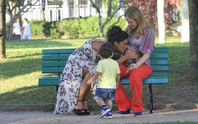 Juliana Paes paparica a apresentadora Angélica, grávida do terceiro filho