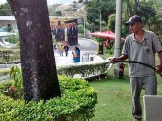 O jardineiro Leandro de Assis nem arrisca tentar uma foto com os argentinos e foca seu trabalho