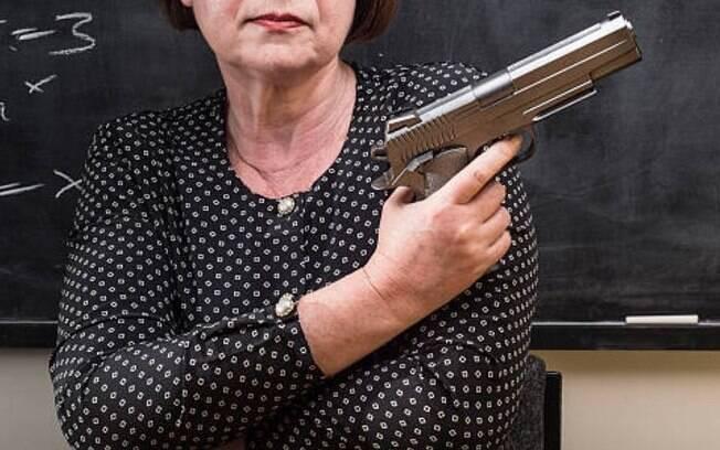Projeto de Lei do deputado Daniel Silveira quer que professores sejam autorizados a usar arma não letal em sala de aula. Educadores criticam