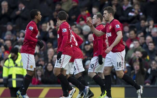 Jogadores do Manchester United comemoram gol  de Rooney