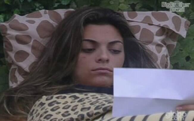 Monique se isola dos brothers para ler carta da mãe na Selva