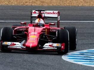 Ferrari SF15-T : O novo carro da Ferrari chama a atenção pelo bico acentuadamente mais baixo e longo e que se projeta à frente da asa dianteira . O novo monoposto tem sido o mais veloz nos testes iniciais