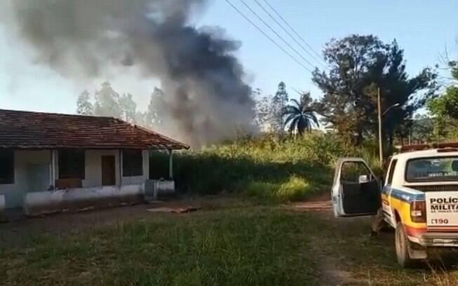 Helicóptero da Polícia Militar de MG caiu e pegou fogo; cinco policiais foram socorridos