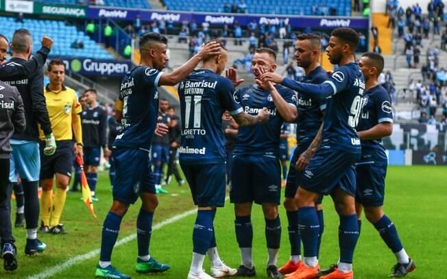 Jogadores gremistas comemoram o gol de Éverton, que deu a vitória ao Grêmio sobre o América-MG