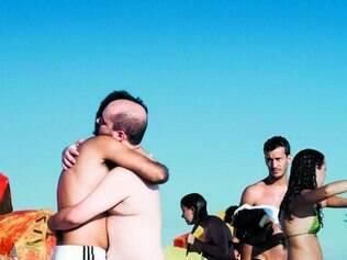"""Série """"Elo"""" propõe abraços de amigos e a reações de quem os vê"""