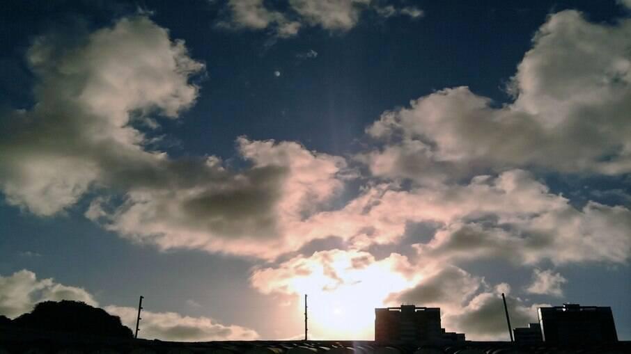 Previsão do tempo não traz indícios de tempestade e sol volta a aparecer entre nuvens