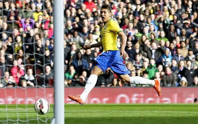 E toca para o gol vazio, abrindo 1 x 0 para o Brasil em cima do Chile. Foto: AP Photo/Tim Ireland