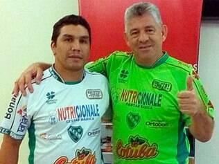 Paraguaio Cabañas posa ao lado de Irineu Alves Ferreira, presidente do Tanabi