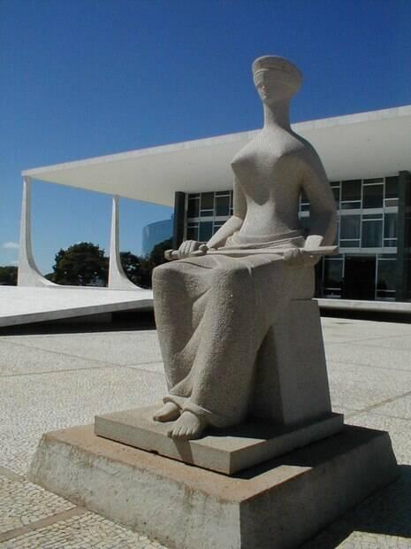 Estátua da Justiça adorna a fachada do Supremo Tribunal Federal (STF)