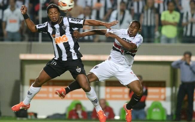 Ronaldinho disputa a bola com Wellington