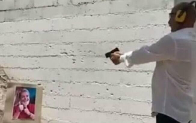No vídeo, fotografia de Lula leva dez tiros.
