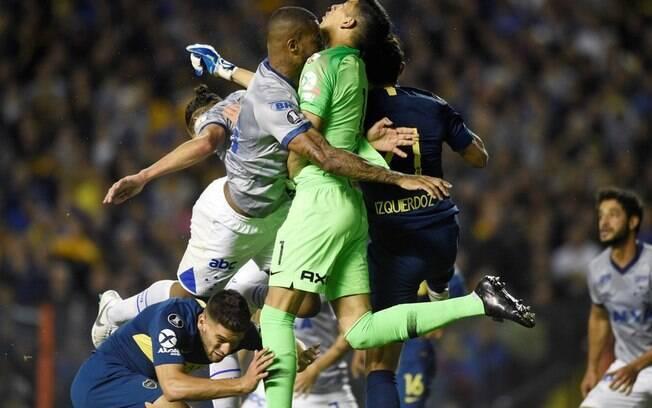 Após trombada com o goleiro Andrada, Dedé foi expulso injustamente