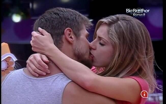Casal se beija antes de dormir