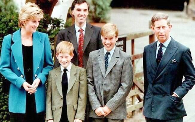 O príncipe Charles, a princesa Diana e o pequeno William no primeiro dia de aula na Eton College