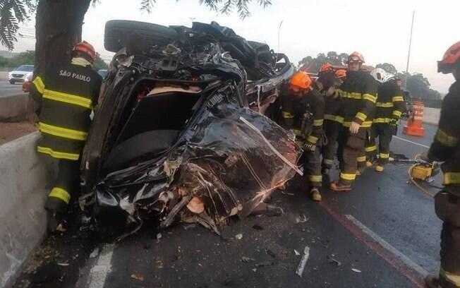 Motorista perdeu controle do veículo e bateu em mureta antes de capotar
