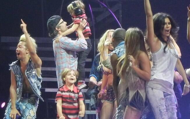 O namorado de Britney, Jason Trawick, e os filhos da cantora, Jayden e Sean, roubaram a cena no palco