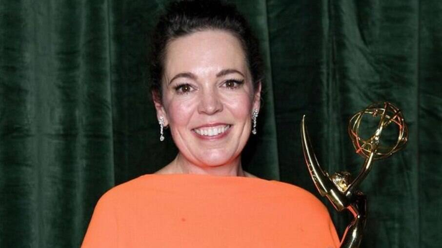 Olivia Colman ostentando estatueta do Emmy 2021