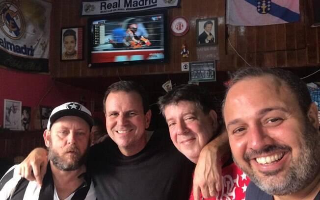 Eduardo Paes se divertiu em um bar na Tijuca, Zona Norte do Rio de Janeiro, e cantou com clientes