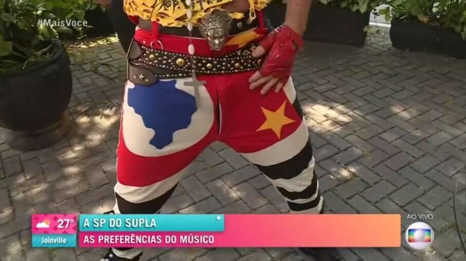 Supla mostra seu amor por São Paulo com sua calça estampada com a bandeira do estado