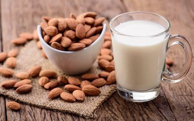 Leite de amêndoas é uma boa opção de leite vegetal para quem quer emagrecer