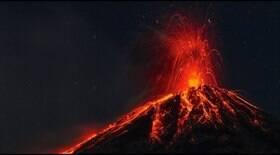 Vulcão mais ativo entra em erupção com maior força desde 2018