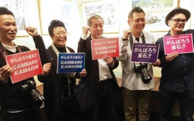 Shinpei Kikuchi (ao centro), durante abertura da exposição em Tóquio