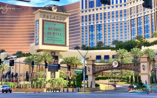 ''Fique seguro, fique bem, estamos ansioso para recebê-los de volta'', anuncia um dos hotéis da cidade por meio de um outdoor