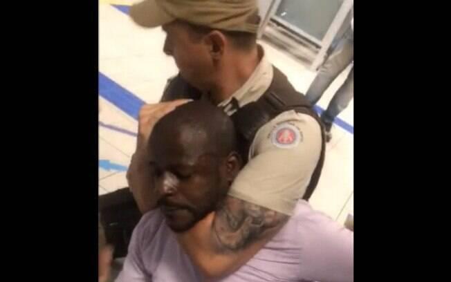 Homem é imobilizado pela PM, após gerente de agência bancária exigir que ele fosse algemado