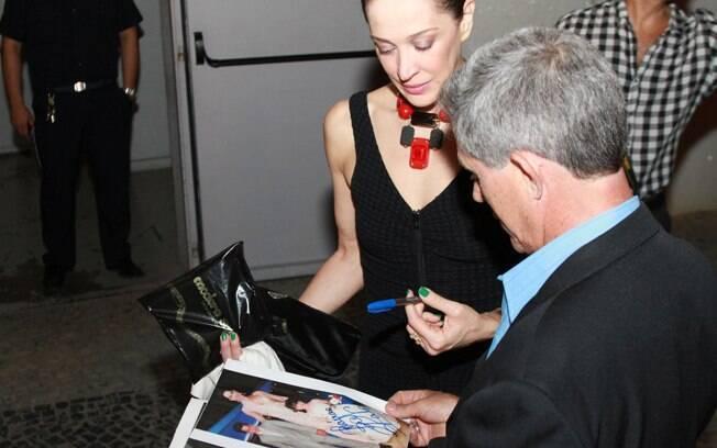 Claudia autografou imagens de sua vida e carreira