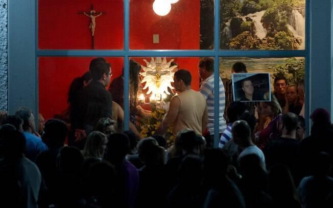 Amigos e familiares das vítimas se emocionam durante velório coletivo (27/01)