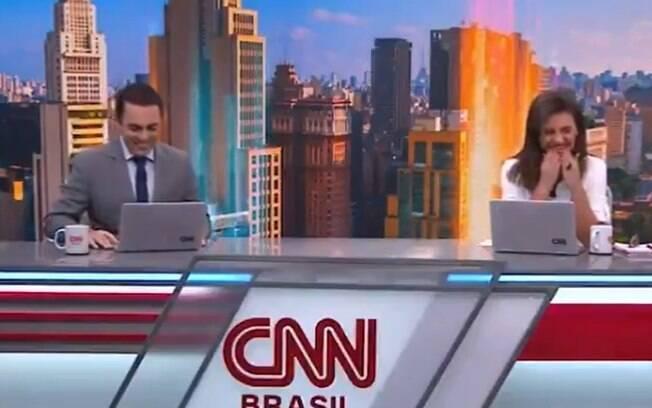Rafael Colombo e Elisa Veeck tem crise de riso na ao vivo na CNN