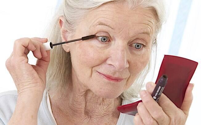 Dar destaque aos olhos com rímel e cuidar das sobrancelhas também pode te ajudar a parecer mais jovem