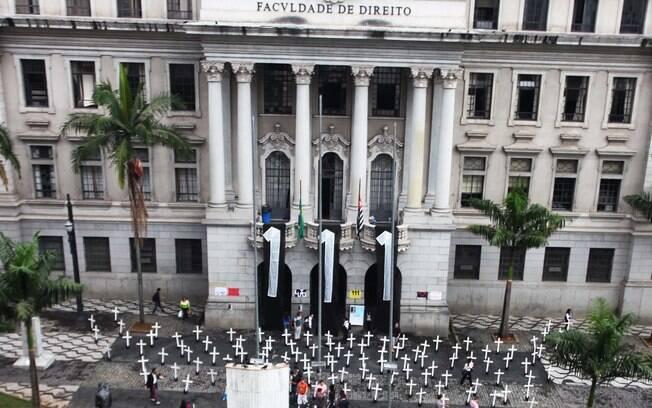 Em outubro do ano passado, cento e onze cruzes foram colocam em frente ao Largo São Francisco por alunos da Faculdade de Direito, em lembrança aos mortos do massacre ocorrido há 20 anos, onde morreram 111 presos