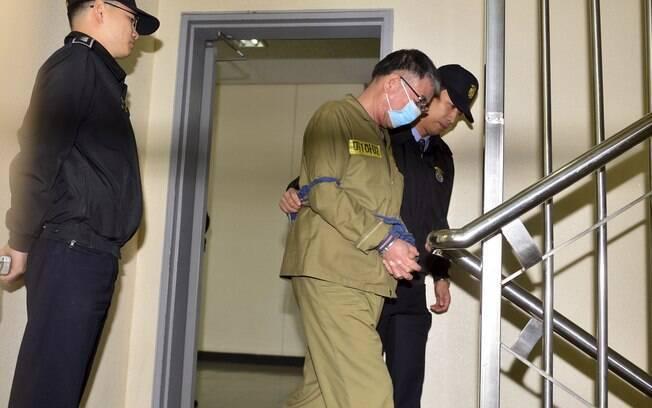 lee Joon-seok, capitão do barco sul-coreano Sewol, chega algemado ao Tribunal do Distrito de Gwangju, Coreia do Sul (27/10/2014)