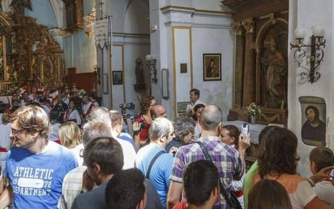 Turistas do mundo todo lotaram igreja na Espanha para ver restauração do quadro