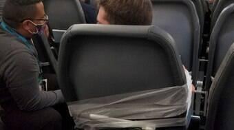 Rapaz é amarrado em assento após ser acusado de assédio e agressão durante voo