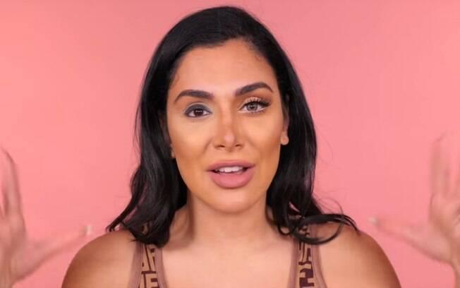 Huda Beauty compartilhou um vídeo tutorial no Youtube ensinando truque de maquiagem para dar destaque ao olho