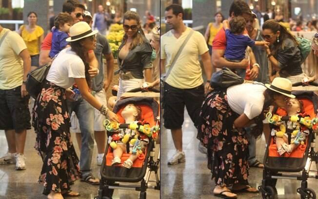 Juliana Paes e o marido, Carlos Eduardo, encontram amigos com filhos pequenos