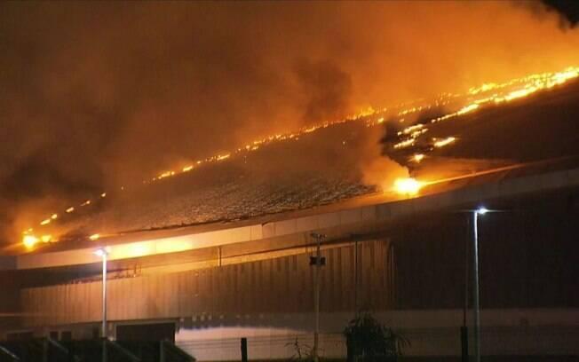 Apesar de não haver confirmação sobre a proporção do prejuízo, é possível ver a cobertura do Velódromo tomada pelo fogo