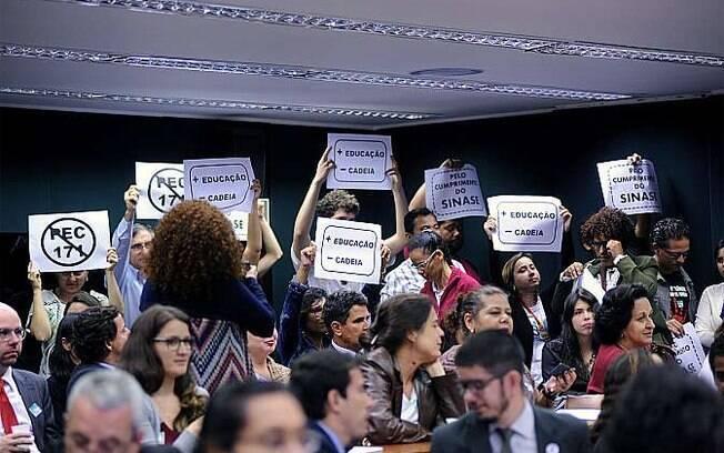Plenário ficou cheio de parlamentares, assessores, jornalistas e manifestantes contrários à redução