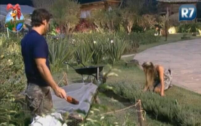 Marlon e Joana cuidam das plantas no começo da noite