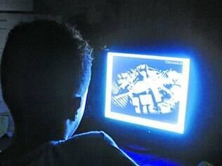 Vigilância.  Especialistas recomendam que crianças e adolescentes usam a internet sob supervisão