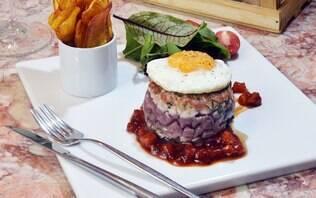 Hambúrguer de atum, geleia de pimentão defumado e chips de mandioquinha