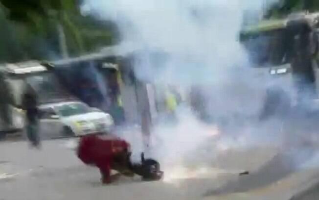 Momento em que cinegrafista é atingido no Rio