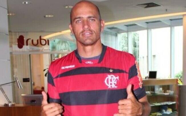 Para fechar a lista dos famosos, Kelly Slater com a camisa do Flamengo