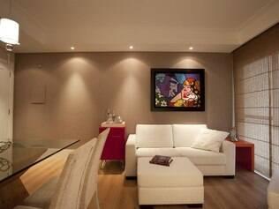 Flat residencial prioriza cores neutras em revestimentos e móveis