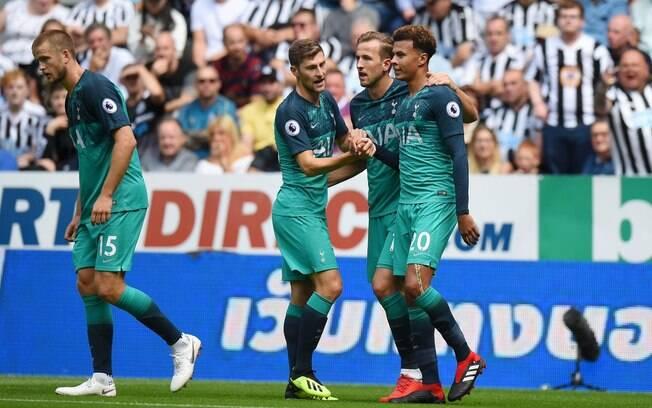Jogadores comemoram gol de Dele Alli. Chelsea e Tottenham venceram neste sábado