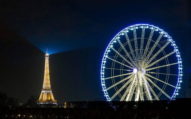 A Roda-Gigante na Praça da Concórdia chega a uma altura de 65 metros do chão, ótima para avistar a Torre e a cidade