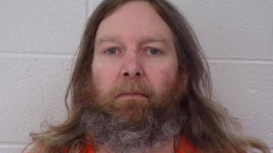 Jeffrey Burnham é acusado de matar o irmão, a cunhada e uma outra idosa