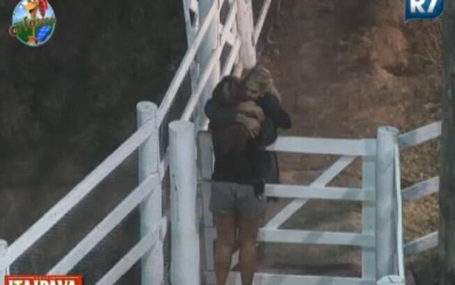 Monique Evans abraça Raquel em visita à Roça